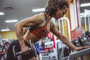 Femme dans une salle de sport en train de s'entrainer