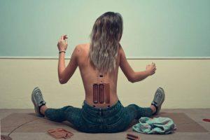 Femme de dos avec des piles dessinées dans le bas du dos