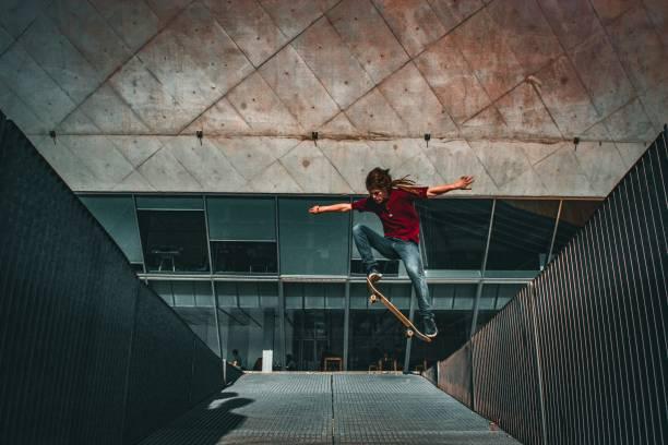 Skateur qui fait une figure acrobatique devant des marches d'escalier