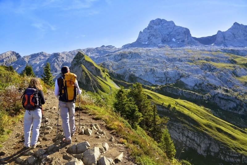 Deux randonneurs au sommet des Alpes