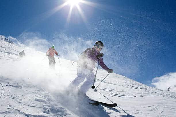Deux skieurs qui font du hors-piste dans la poudreuse