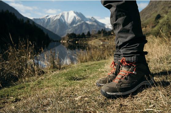 vue sur les pieds d'une personne en chaussures de randonnée à la montagne